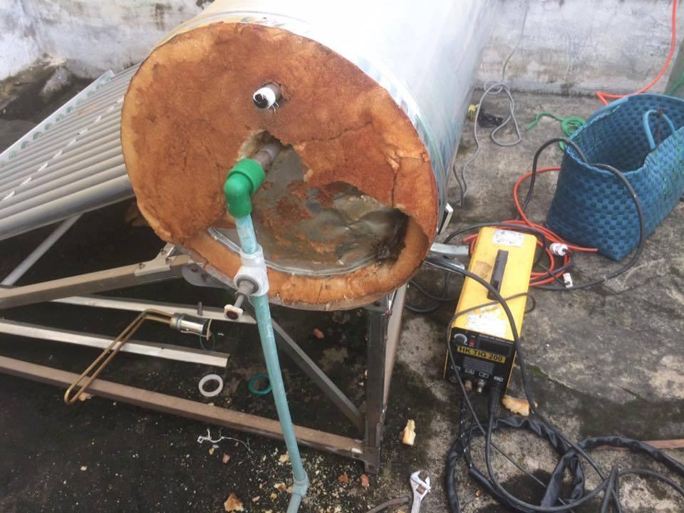 máy nước nóng năng lượng mặt trời bị rò rỉ