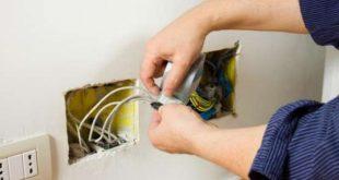 thợ sửa điện trong nhà